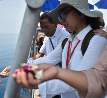 Families hold mass prayer at sea for Indonesia jet crash victims