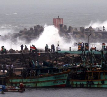 Thousands flee cyclone on India's east coast
